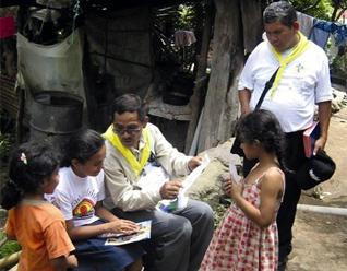 Evangelizadores de Tiempo Completo atendiendo comunidades durante unas misiones de evangelización.