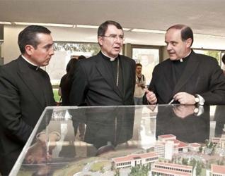 Mons. Christophe Pierre, Nuncio Apostólico en México, ve una maqueta de la Universidad Anáhuac México Norte, explicada por el P. Jesús Quirce, L.C., le acompaña también el P. Gaspar Guevara, L.C.