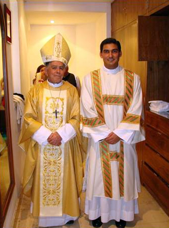 Mons. Bernal junto con el P. Héctor al final de la ordenación.