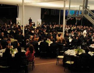 El P. Joel López, L.C., director del Instituto Irlandés Masculino, agradece la presencia de todos en la cena de gala.