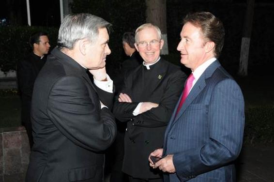 Los P.P. Vincent McMahon y John Walsh, L.L.C.C. conversan con uno de los asistentes a la cena.