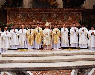 Mons. Lanzani con los nuevos sacerdotes y diáconos.