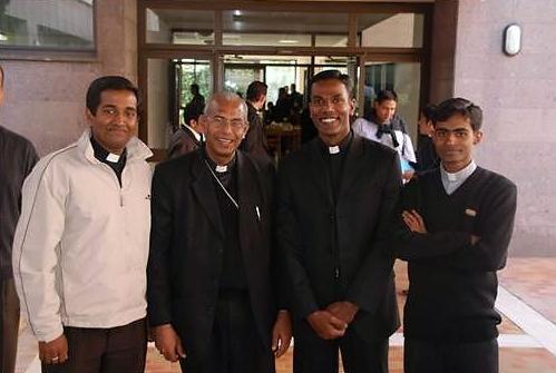 Mons. Andrews Thazhath, Arzobispo de Trichur, India, con los seminaristas de su diócesis.