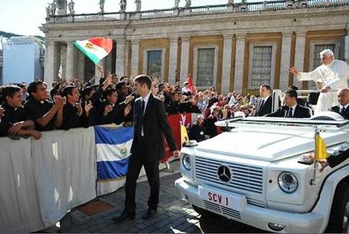 Los seminaristas del Pontificio Colegio Internacional Maria Mater Ecclesiae saludan al Papa durante la audiencia general.