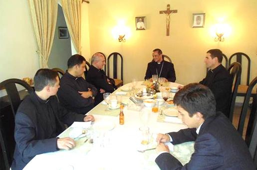 Mons. Fabio Colindres, obispo Castrense de El Salvador, con la comunidad de legionarios de Cristo que trabaja en la zona.