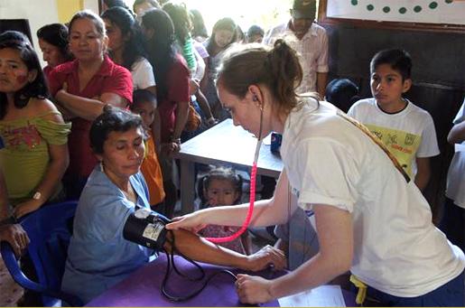 En las misiones médicas se ofrece atención especializada a personas de escasos recursos.