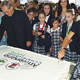 El P. Patrick Barry, L.C. y Martha Mijangos, consagrada del Regnum Christi, cortan el pastel del festejo por los 40 años del Instituto Cumbres y Alpes de esa ciudad.