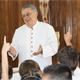 Mons. José Ulises Macías Salcedo, arzobispo de Hermosillo, mantuvo una amena charla con niños de preescolar del Instituto Irlandés de esa ciudad, después de rezar con ellos el Ángelus.