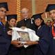 Alumnos con el P. José Carlos Zancajo, L.C. mostrando la placa de reconocimiento por los logros obtenidos en Mano Amiga.