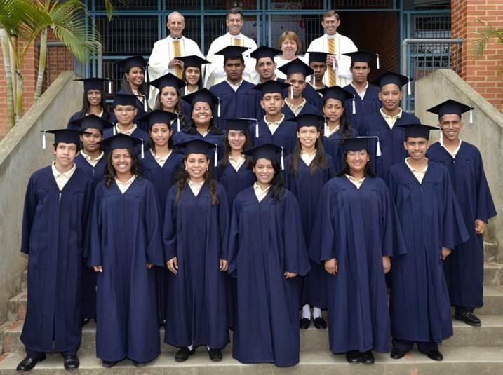 Alumnos graduados con los P.P. José Carlos Zancajo, Julio Martí, L.L.C.C., la directora, Rosa Casale, y el P. Pedro Guzmán, L.C.