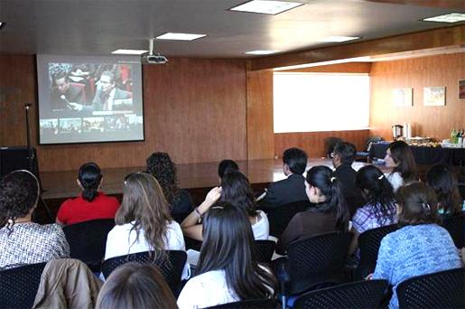 En la conferencia virtual se pudieron enlazar diversas sedes, en la imagen se puede apreciar en la pantalla al P. Gaspar Guevara, L.C. de la sede de México.