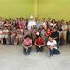 Mons. Rómulo Emiliani, con alumnos de la primera generación del colegio, padres de familia y profesores.
