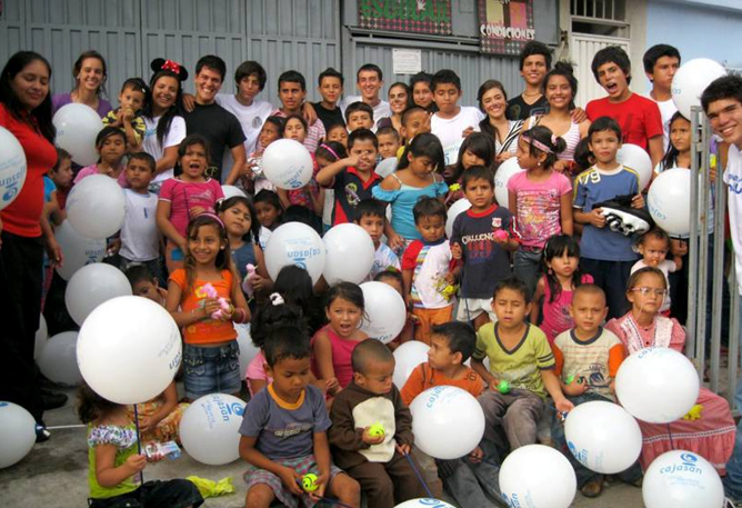 Miembros del Club Faro alegrando el día a niños de escasos recursos.