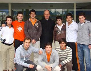 El P. Peter Coates, L.C., con alumnos del Instituto Irlandés de Monterrey ganadores del premio Impulsa.
