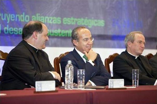A la izquierda del presidente Calderón se encuentra el P. Rodolfo Mayagoitia, director territorial de la Legión de Cristo y del Regnum Christi del territorio de México y Centroamérica, y a la derecha el P. Jesús Quirce, rector de la universidad.