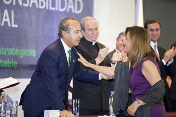 El presidente de México felicita a su esposa.