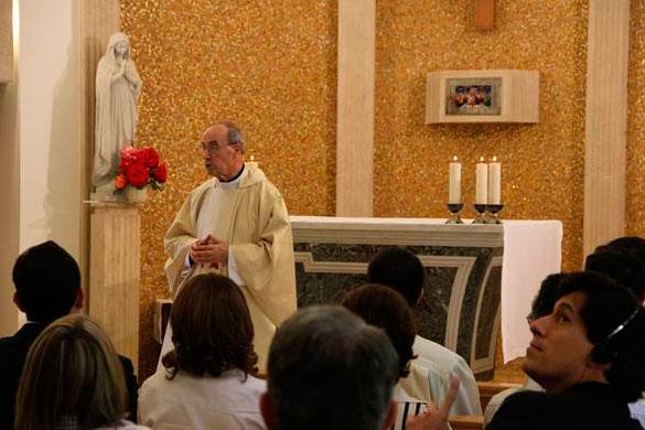 Cardenal Velasio de Paolis en un momento de la homilía