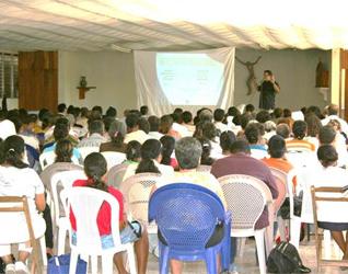 Catequistas de Granada (Nicaragua) siguiendo uno de los módulos de la Escuela de la Fe.