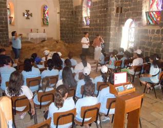 Chicas del apostolado Challenge de Jerusalén durante algunas de las actividades del campamento.