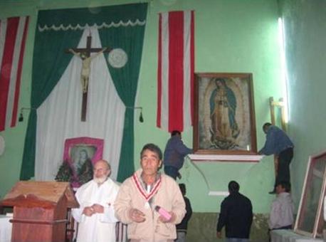 En la capilla de la comunidad de Chilapa durante la colocación de la imagen de la Virgen de Guadalupe, recién bendecida por el padre Alfonso (de pie a la izquierda del ambón).