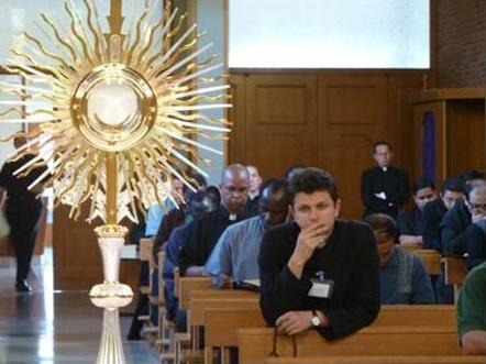 Los sacerdotes participantes en el curso durante una adoración al Santísimo.
