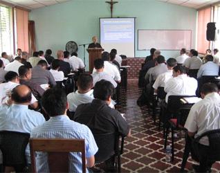 El P. Ramón Lucas, L.C. imparte el curso de sexualidad y bioética para el clero de Granada, en Nicaragua.