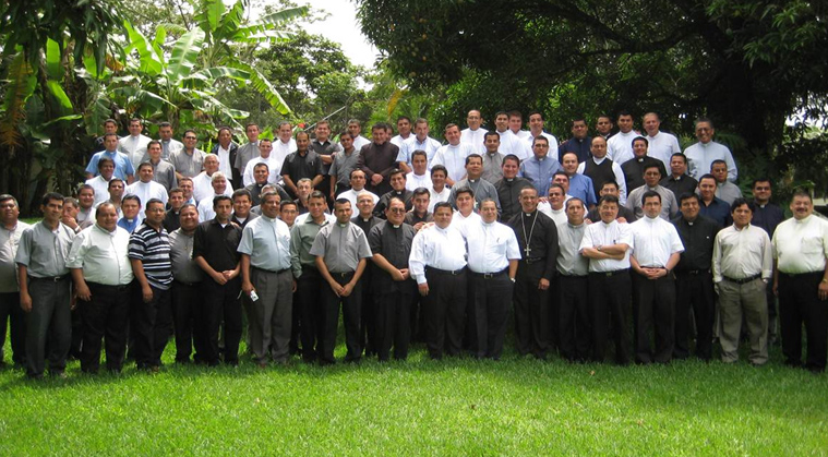 Foto de grupo de los sacerdotes que participaron en el curso impartido por los P.P. Ramón Lucas y Rafael Jácome, L.L.C.C. en El Salvador.
