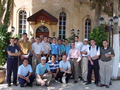Alejandro Lara (quinto de derecha a izquierda) con un grupo de consagrados en Tierra Santa.