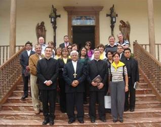 Mons. Miguel Cabrejos, arzobispo metropolitano de Trujillo, en primera fila al centro; a la izquierda y derecha se encuentran los padres Juan Pablo Ledesma y Pedro Barrajón, LL.CC., respetivamente. En la segunda línea, a la derecha, Mons. Ricardo Angulo