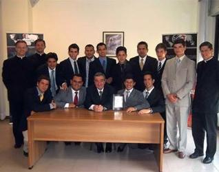 Participantes en el 16º Cursillo internacional para formadores en Roma, junto con Arturo Mari, fotógrafo personal del Papa. Les acompañan (de izquierda a derecha) el P. Patrick Murphy, L.C., director del cursillo; el H. Andrés Botero, L.C., y el P. Rogeli