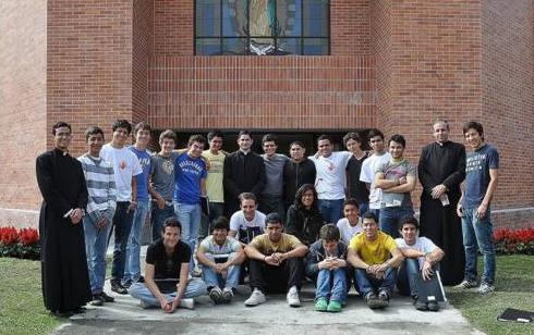 Participantes en el 6º Cursillo nacional de jóvenes del Regnum Christi de Colombia. En la foto, aparecen el H. Andrés Villarreal, L.C. (izquierda), el P. Jorge Obregón, L.C. (centro),  y el P. Claudio García, L.C. (derecha).