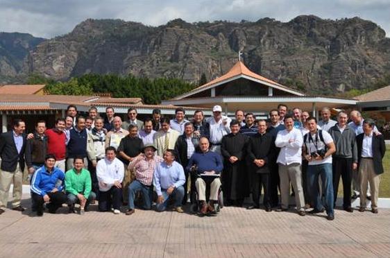 Foto de grupo de los participantes en el cursillo, acompañados por el P. Luis Gerardo Fernández (izquierda) y el P. Juan Antonio Torres.