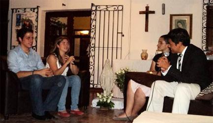 Una charla con los colaboradores del Regnum Christi durante el café vocacional.