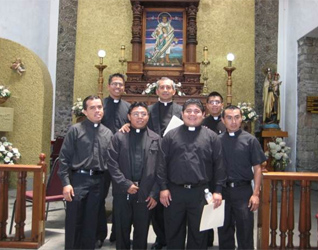 El P. Rafael Jácome, L.C. con los seminaristas que parten hacia el Pontificio Colegio Internacional Maria Mater Ecclesiae.