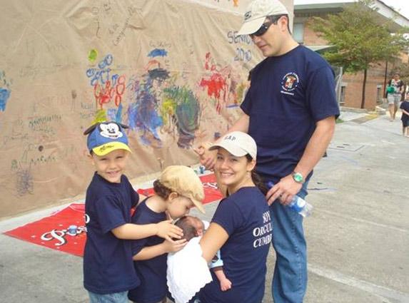 La familia Calle Romero, participando del aniversario del Colegio Cumbres, donde estudian dos de sus hijos.