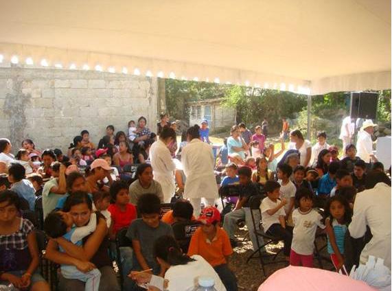 Un grupo de estudiantes de la facultad de odontología apoyaron en la aplicación de flúor a los niños.