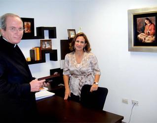 El P. Rodolfo Mayagoitia, L.C., conversa con Diana Ramos de Lobo, directora nacional del apostolado Virgen Peregrina de la Familia.