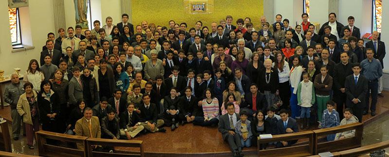 Los nuevos miembros del Centro Estudiantil de México con sus familias después de la misa de inicio del curso escolar el pasado mes de agosto.
