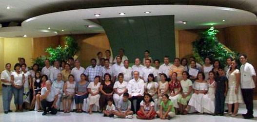 Los participantes en el curso sobre �Doctrina Social de la Iglesia� rodean a Mons. Felipe Aguirre Franco, arzobispo de Acapulco.