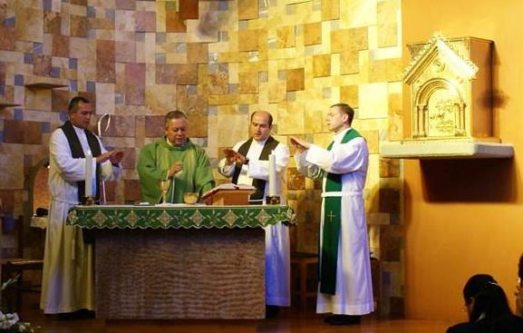 Mons. Víctor Sánchez, arzobispo de Puebla, preside una de las misas de la junta anual. Concelebran con él los P.P. Oswaldo Verdín (izquierda), Juan Antonio Olmos y Daniel Watt, L.L.C.C. (derecha, respectivamente).