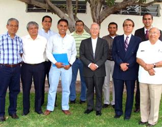 Al centro se encuentra Mons. José Guadalupe Martín Rábago, arzobispo de León, rodeado de algunos de los sacerdotes que participaron en el curso. En la línea de atrás, al final, se encuentra en Mtro. Eduardo Ponce, director de la sede de León del ISEF.