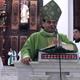 Mons. Rolando Álvarez, obispo de la diócesis, felicitando a los catequistas durante la homilía.
