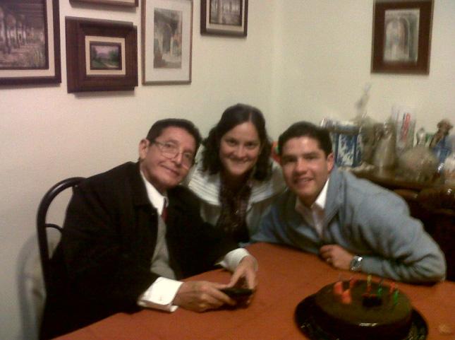 El señor Fernando con sus dos hijos consagrados: Rebeca y Jerónimo.