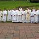Foto al concluir la misa de clausura de los ejercicios espirituales. Con ellos, al centro, los P.P. John Walsh, y Rafael Jácome, L.L.C.C.
