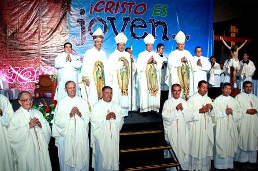 La misa de clausura estuvo presidida por el Card. Norberto Rivera (al centro con el báculo) junto con el Card. Óscar Andrés Rodríguez Maradiaga y flanqueados por los obispos Jorge Carlos Patrón (izquierda) y Pedro Pablo Elizondo (derecha).