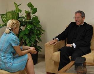Plamena Petrova, de la «oficina de calidad», durante la entrevista al P. Jesús Villagrasa, L.C.