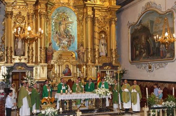 Mons. Carlos Osoro, arzobispo de Valencia, preside la misa dominical acompañado de varios padres legionarios de Cristo, entre ellos el P. Jesús María Delgado, L.C., director territorial de España.
