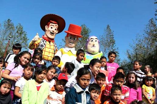 Los niños, para el festejo de �Reyes� se quisieron tomar la fotografía con sus personajes favoritos de �Toy Story�.