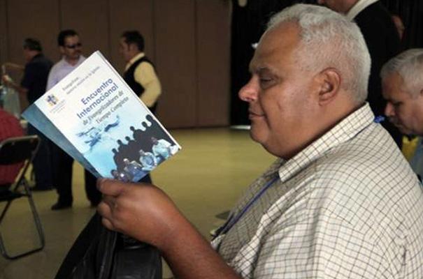 Un evangelizador hojeando el folleto que se les repartió para seguir las actividades del encuentro.