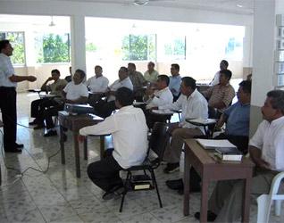 Nuevos Evangelizadores de Tiempo Completo se preparan para apoyar a las parroquias.